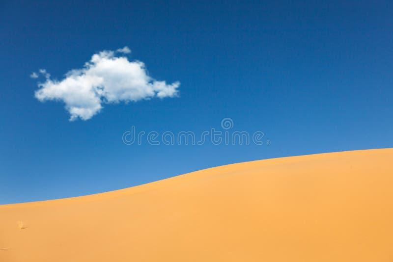 Sanddünen mit Wolkenwüste lizenzfreie stockfotografie