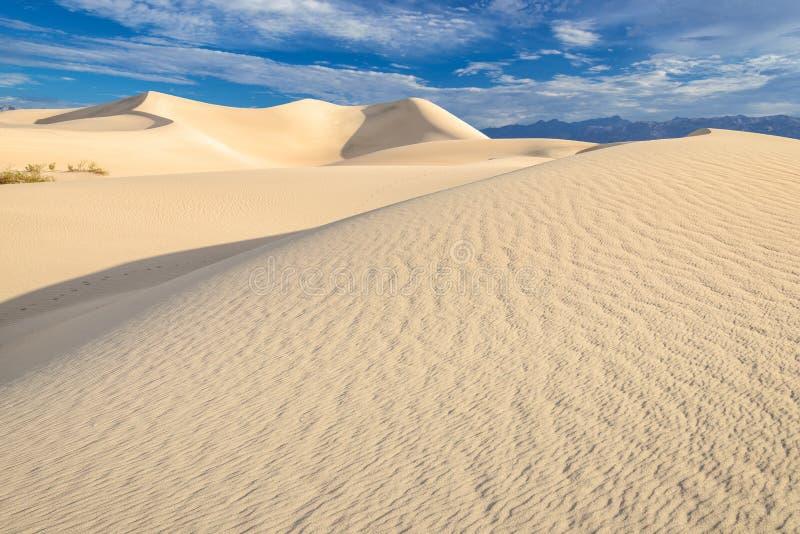 Sanddyn över soluppgånghimmel i Death Valley fotografering för bildbyråer