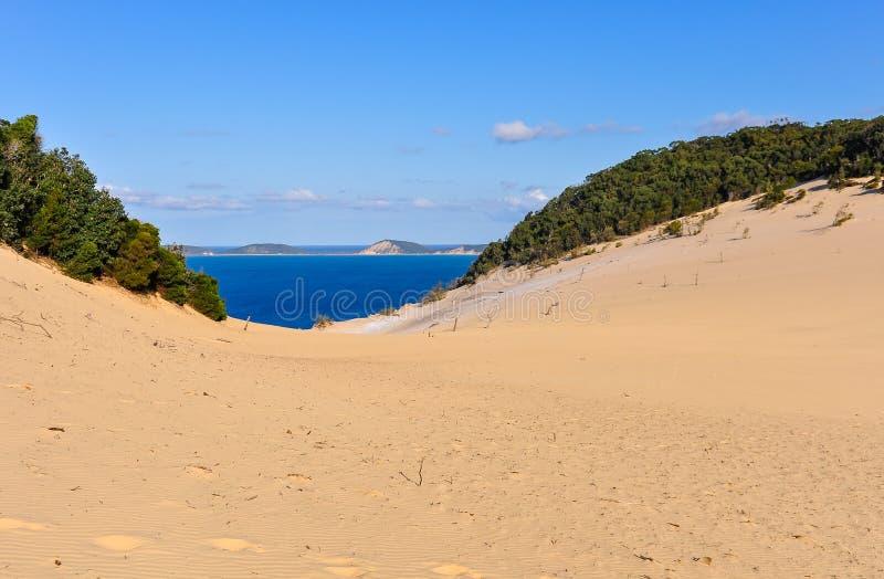 Sanddyn i regnbågestranden, Australien arkivbilder