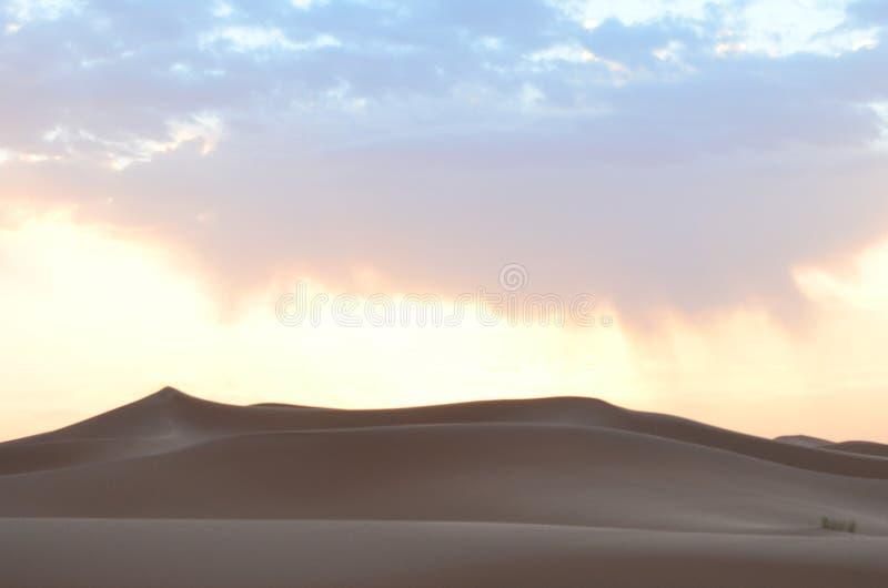 Sanddyn i soluppgången av Sahara Great Desert i höga kartbokberg, Marocko arkivfoto