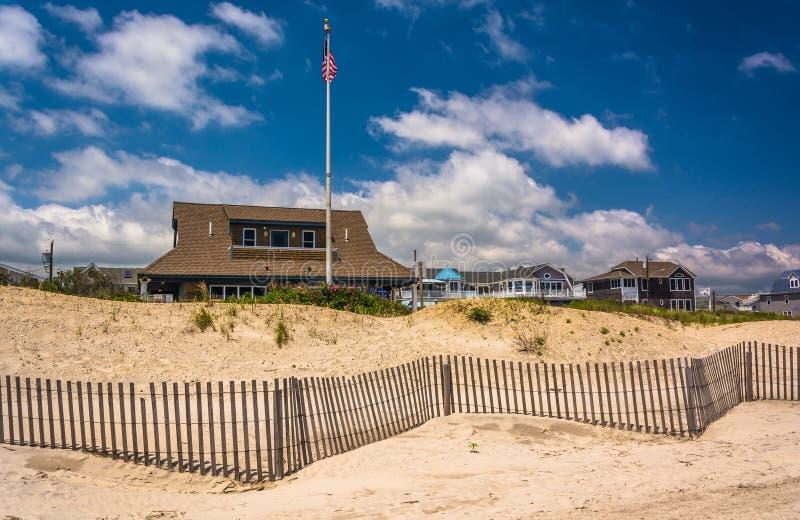 Sanddyn och hus i havstaden som är ny - ärmlös tröja royaltyfri foto