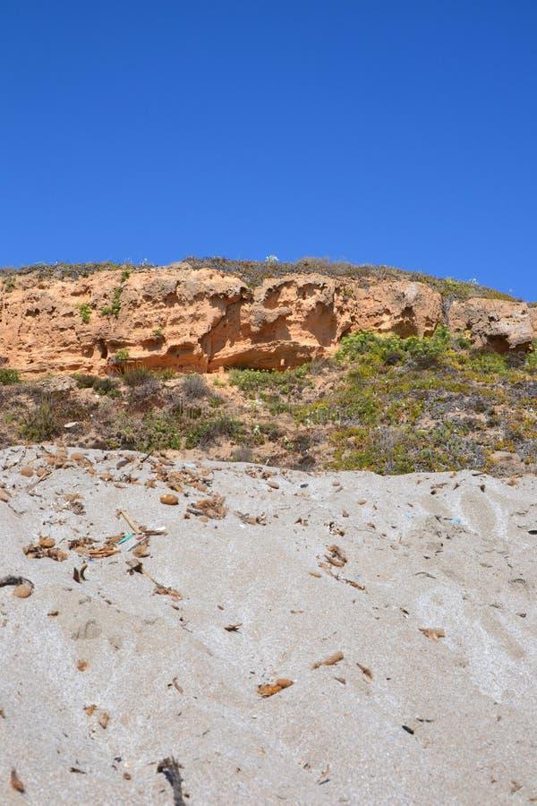 Sanddyn och stenig kulle fotografering för bildbyråer