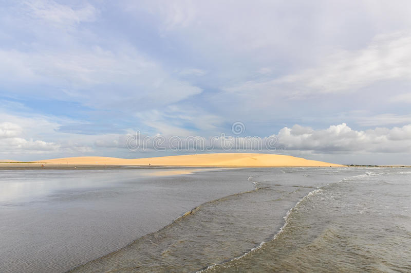 Sanddyn på sjösidan i Jericoacora, Brasilien arkivbild