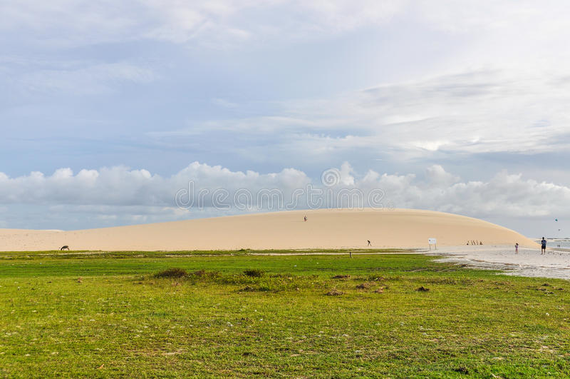 Sanddyn på sjösidan i Jericoacora, Brasilien royaltyfria bilder
