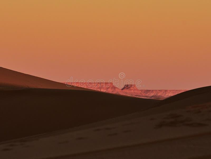 Sanddyn, Sahara Desert, med sikterna av argeliaen royaltyfria bilder