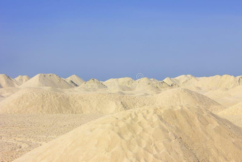 Sanddyn under en klar blå himmel royaltyfri bild