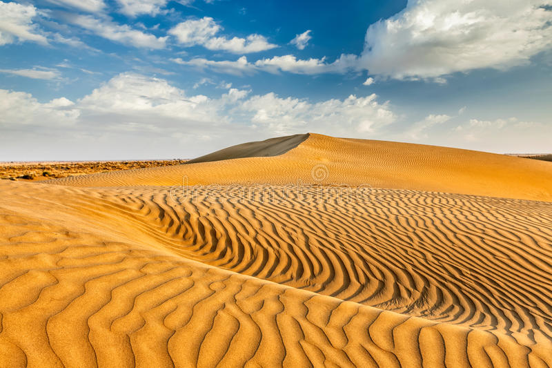 Sanddyner i öken arkivbild