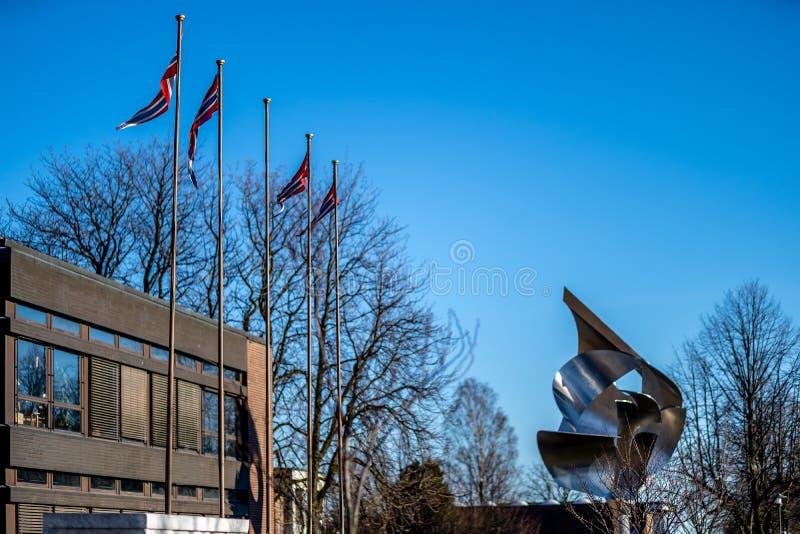 Sandefjord, Vestfold, Noruega - estraga 2019: monumento para marinheiros na frente do sjøman da igreja da cidade imagem de stock