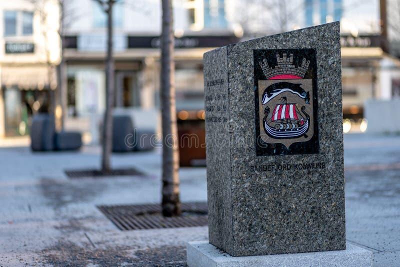 Sandefjord, Vestfold, Noruega - estraga 2019: monumento para marinheiros na frente do sjøman da igreja da cidade imagens de stock royalty free