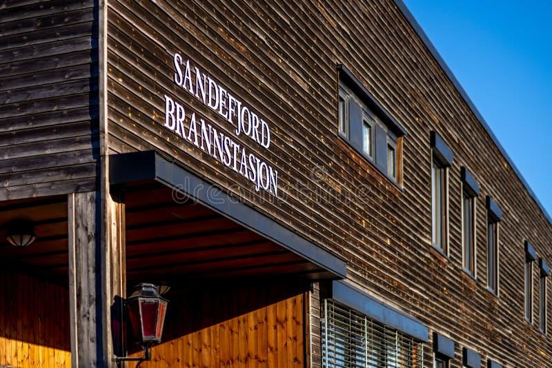 Sandefjord, Vestfold, Noruega - estraga 2019: o monumento para marinheiros na frente do sjøman da igreja da cidade brannvesen o  imagem de stock royalty free