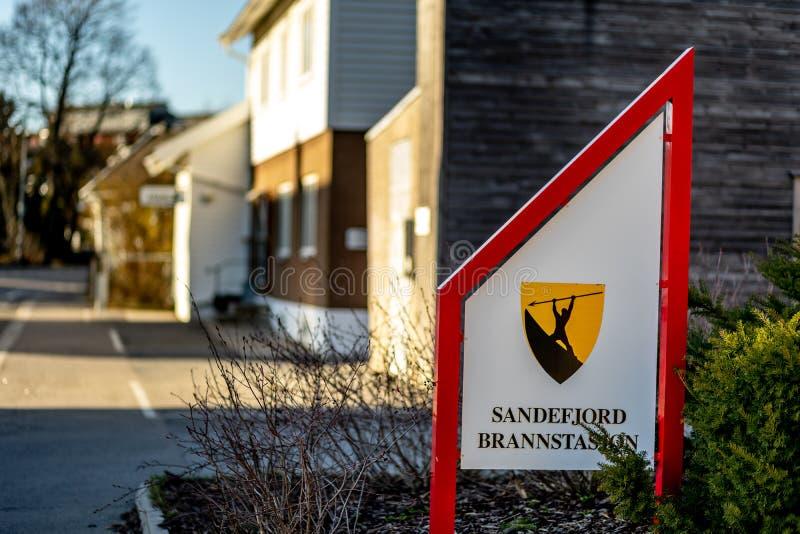 Sandefjord, Vestfold, Noruega - estraga 2019: o monumento para marinheiros na frente do sjøman da igreja da cidade brannvesen o  fotos de stock