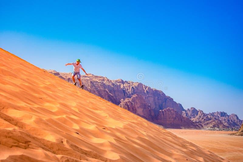 Sandeinstieg auf einer Düne in der Wadirumwüste, Jordanien lizenzfreie stockfotografie
