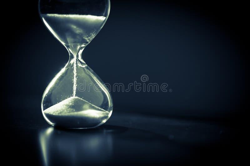 sandglass、现代滴漏或者蛋定时器与显示最后第二或最后一刻或者时间的阴影  免版税库存图片