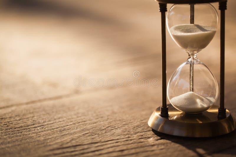 Sandglass, clessidra o temporizzatore moderno dell'uovo con ombra che mostra l'ultimo secondo o dell'ultimo minuto o tempo fuori immagine stock