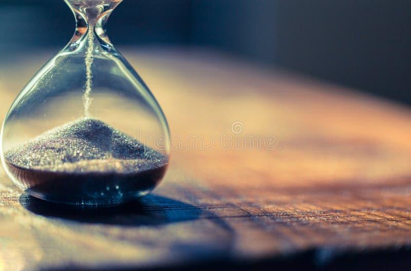 Sandglass, clessidra o temporizzatore moderno dell'uovo con ombra che mostra l'ultimo secondo o dell'ultimo minuto o tempo fuori fotografia stock libera da diritti