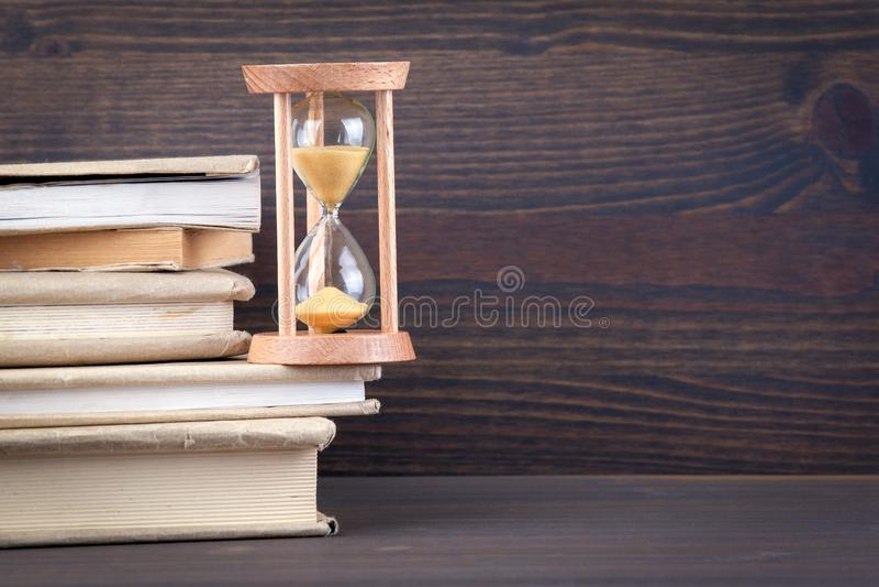Sandglass, Sanduhr oder Eieruhr auf dem Holztisch, der heraus das letzte zweite zeigt oder letztes oder Zeit stockfotografie