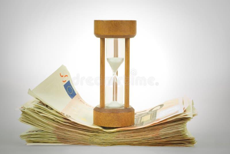 Sandglass y euros foto de archivo
