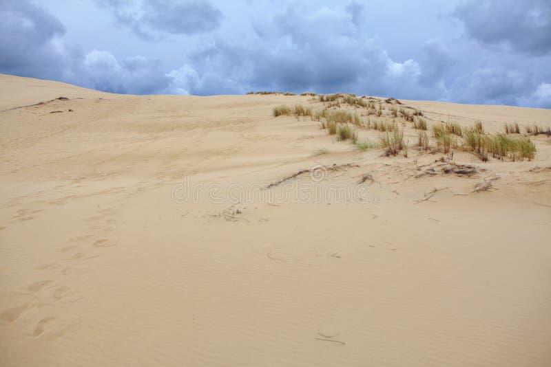 Sandig dyn och moln arkivfoton