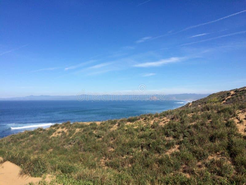 Sandig slinga som leder till kusten royaltyfri foto