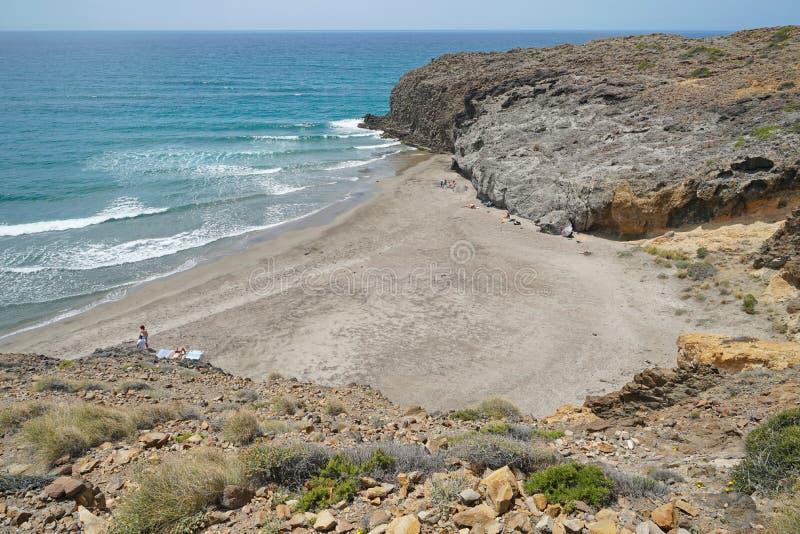 Sandig strand Almeria Andalusia Spain för stenig kust arkivfoton