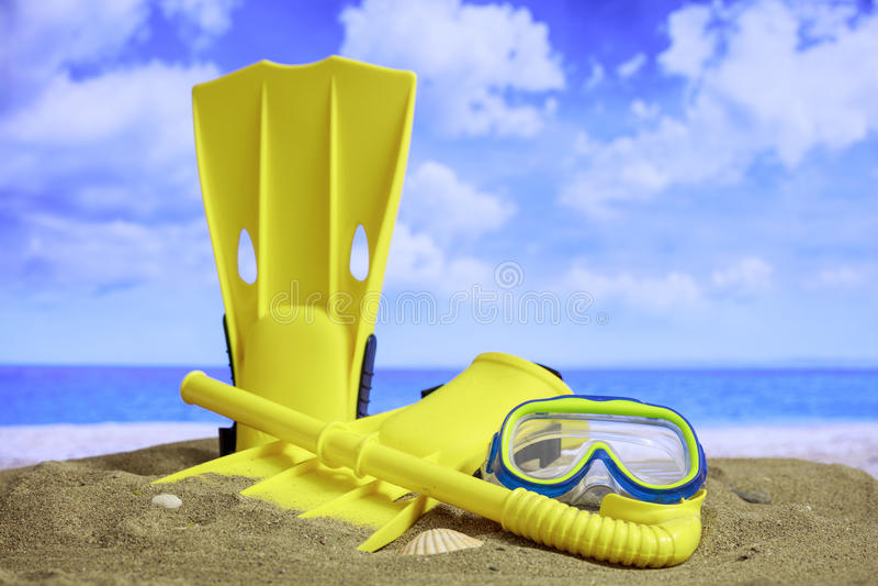 Sandig strand för sommar - flipper och maskering royaltyfri foto