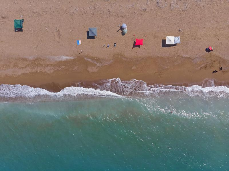 Sandig strand från över, Peloponess - Grekland royaltyfri fotografi