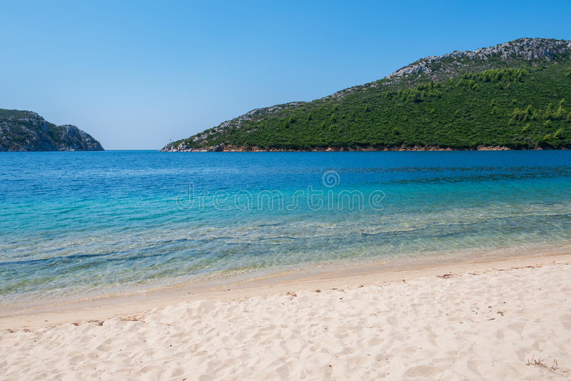 Sandig strand i en fjärd royaltyfri bild
