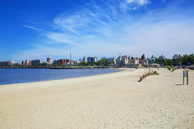 Sandig strand längs banken av Rio de la Plata i Montevideo, royaltyfri fotografi