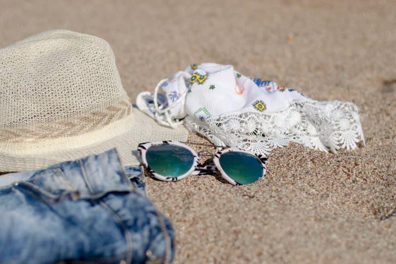Sandig strand med sommartillbehör arkivfoton
