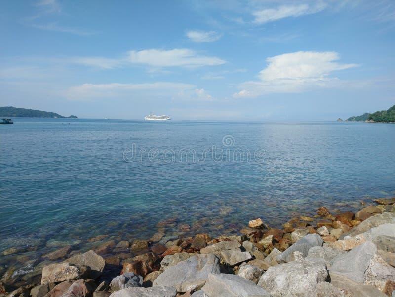 Sandig strand med vita skal i Phuket arkivbild