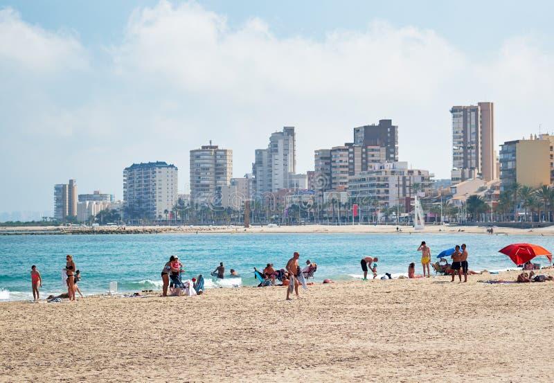 Sandig strand och cityscape El Campello Alicante Spanien royaltyfri fotografi