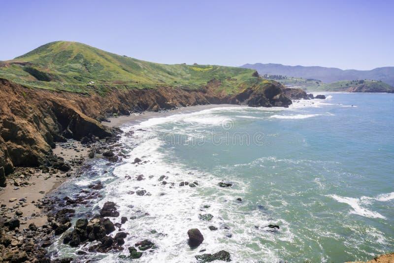 Sandig strand och eroderade klippor på Stilla havetkustlinjen, Mori Point, Pacifica, Kalifornien arkivfoto