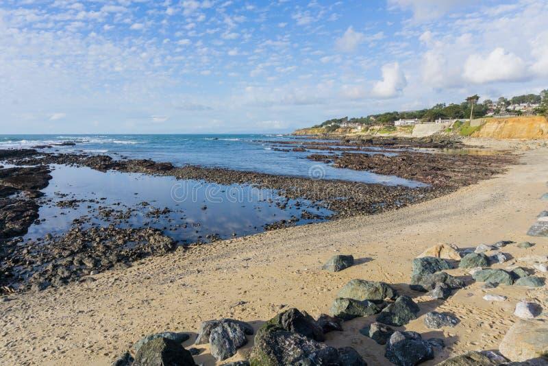 Sandig strand och eroderade klippor på Stilla havetkustlinjen, Moss Beach, Fitzgerald Marine Reserve, Kalifornien fotografering för bildbyråer