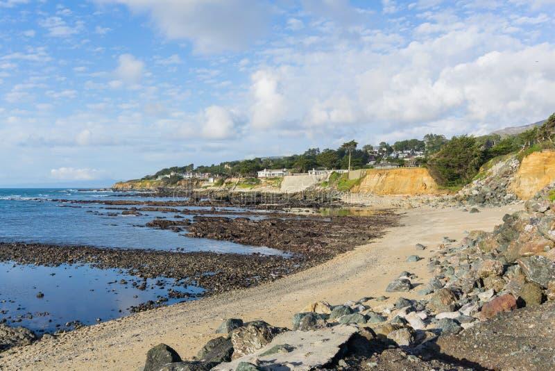Sandig strand och eroderade klippor på Stilla havetkustlinjen, Moss Beach, Fitzgerald Marine Reserve, Kalifornien arkivfoton