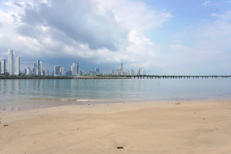 Sandig strand och skyskrapor av Panama City arkivfoton