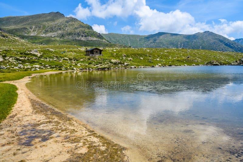 Sandig strand på Montmalus sjön i Andorra fotografering för bildbyråer