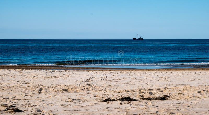 Sandig strand vid Östersjön royaltyfria foton