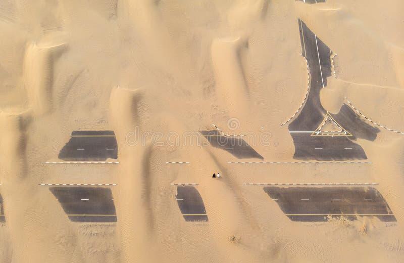 Sandig väg nära Dubai arkivfoton