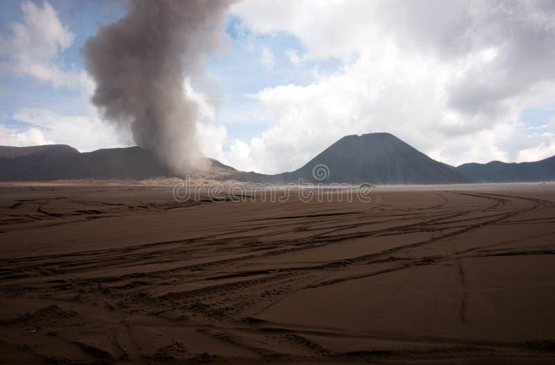 Sandiger Fuß Browns des Bergs Bromo des aktiven Vulkans früh morgens am Nationalpark Tengger Semeru stockfotos