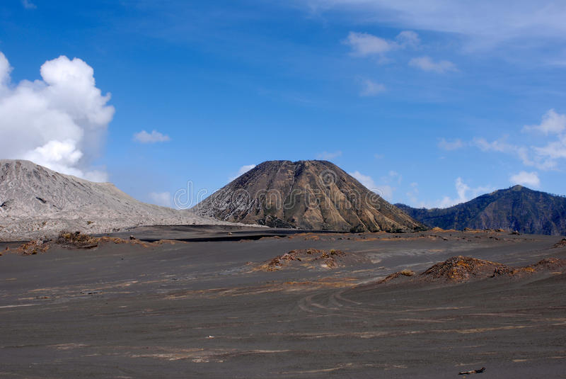 Sandiger Fuß Browns des Bergs Bromo des aktiven Vulkans früh morgens am Nationalpark Tengger Semeru stockbild