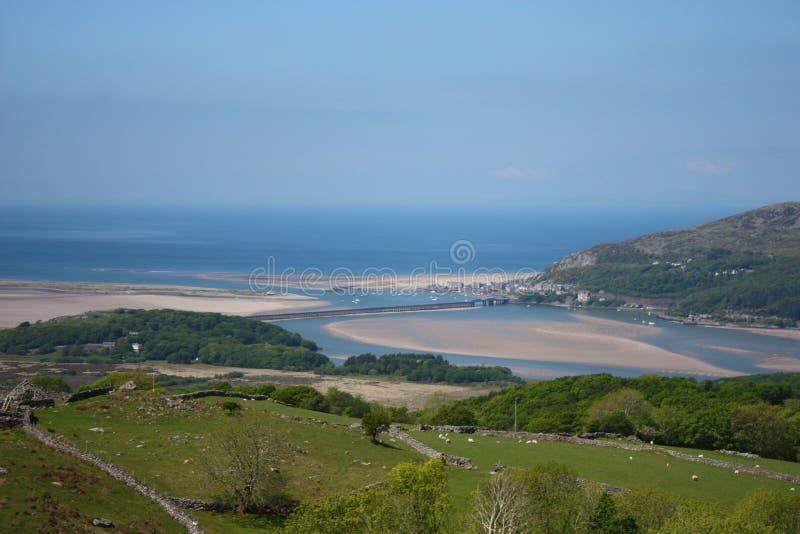 Sandiger Strand Barmouth angesehen von den Hügeln oben lizenzfreie stockfotos