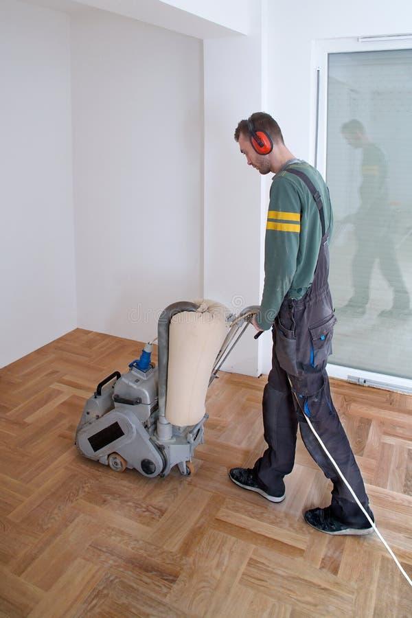 Sanding parkietowy z szlifierską maszyną obrazy stock