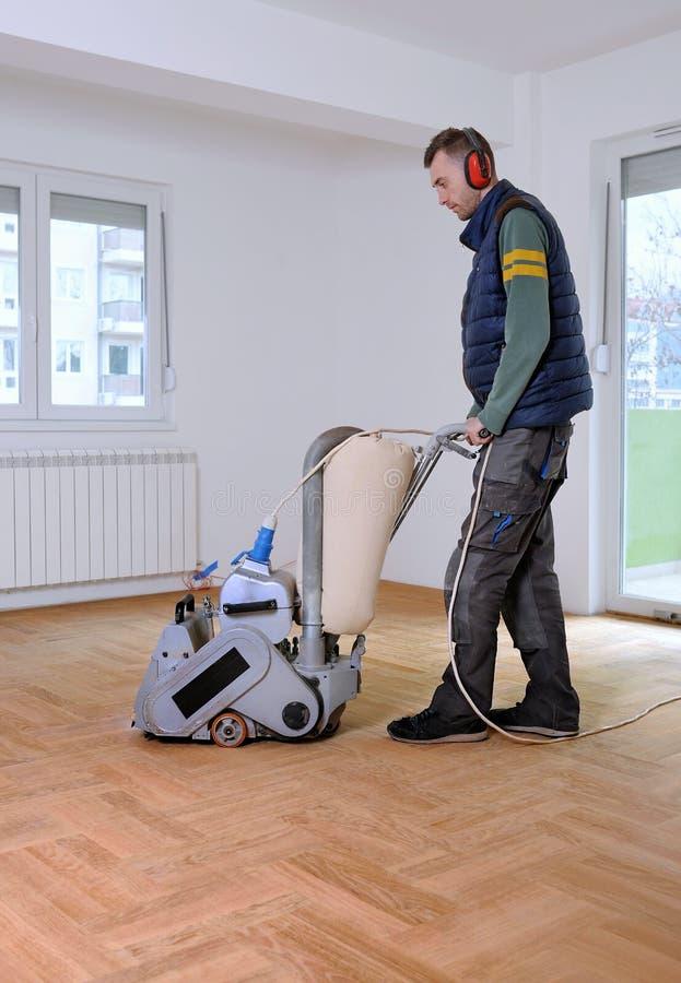 Sanding parkietowy z szlifierską maszyną fotografia stock