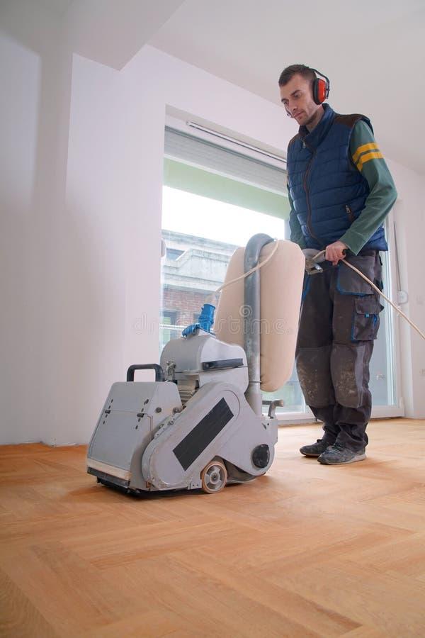 Sanding parkietowy z szlifierską maszyną fotografia royalty free