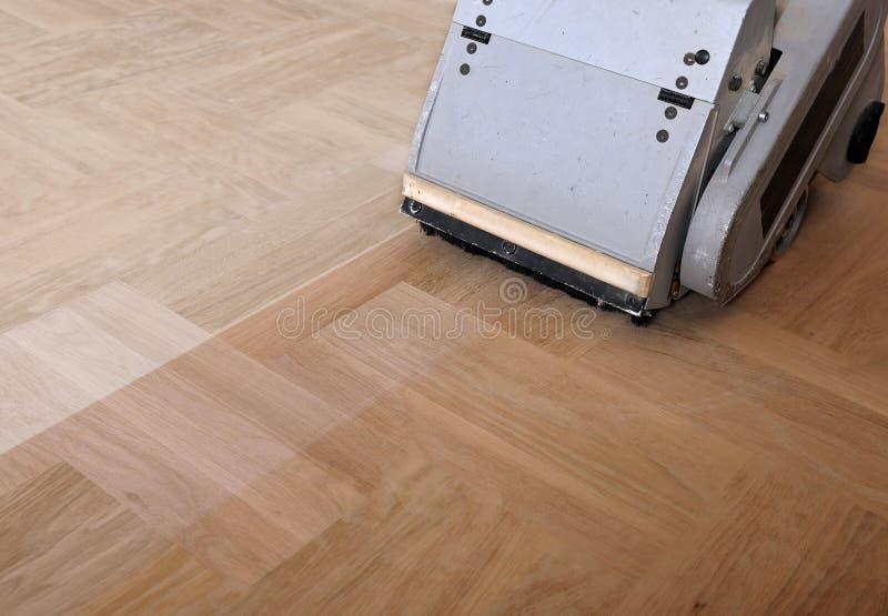 Sanding parkietowy z szlifierski machineshing, naprawa wewnątrz zdjęcie stock