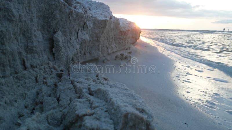 Sandklippa på en strand arkivfoto