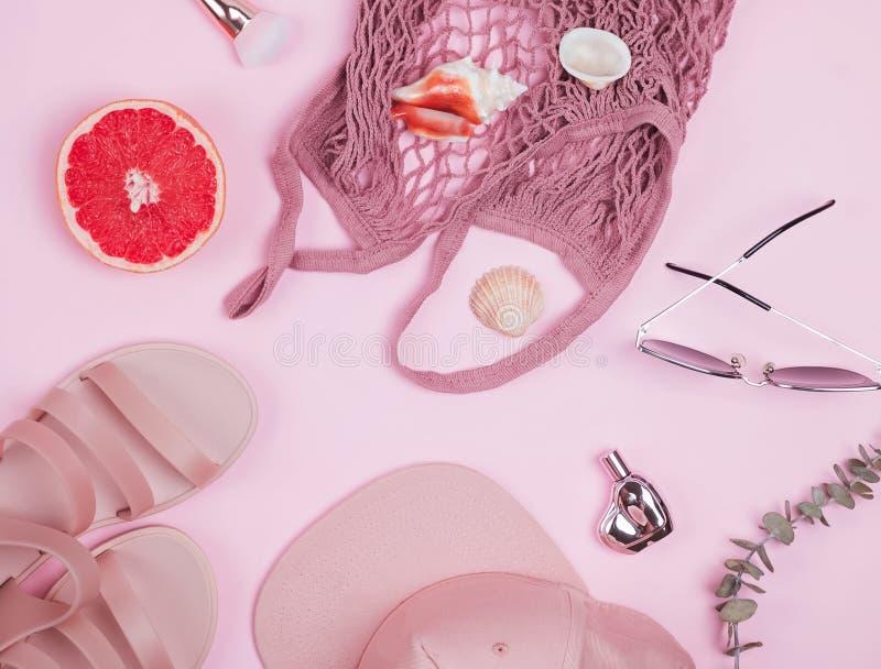 Sandlas、时髦的盖帽,秸杆购物带来和其他,顶视图 免版税库存照片