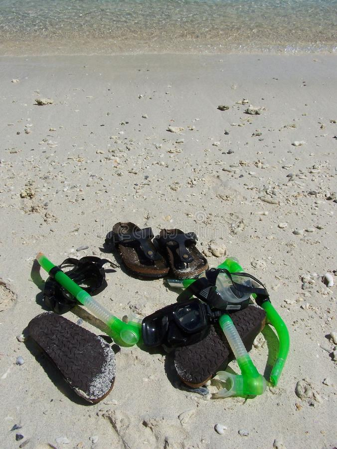 Sandles和snokles在海滩 免版税图库摄影