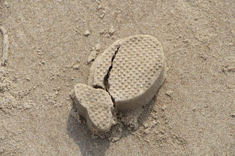 Sandmodellieren Glücklicher Mann genießt an den Feiertagen in dem Meer Formfische Sand lizenzfreies stockfoto