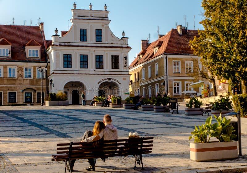 SANDOMIERZ, POLEN am 16. Oktober 2015 : Frieden und Rest auf dem alten Marktplatz in Sandomierz, Polen lizenzfreies stockfoto
